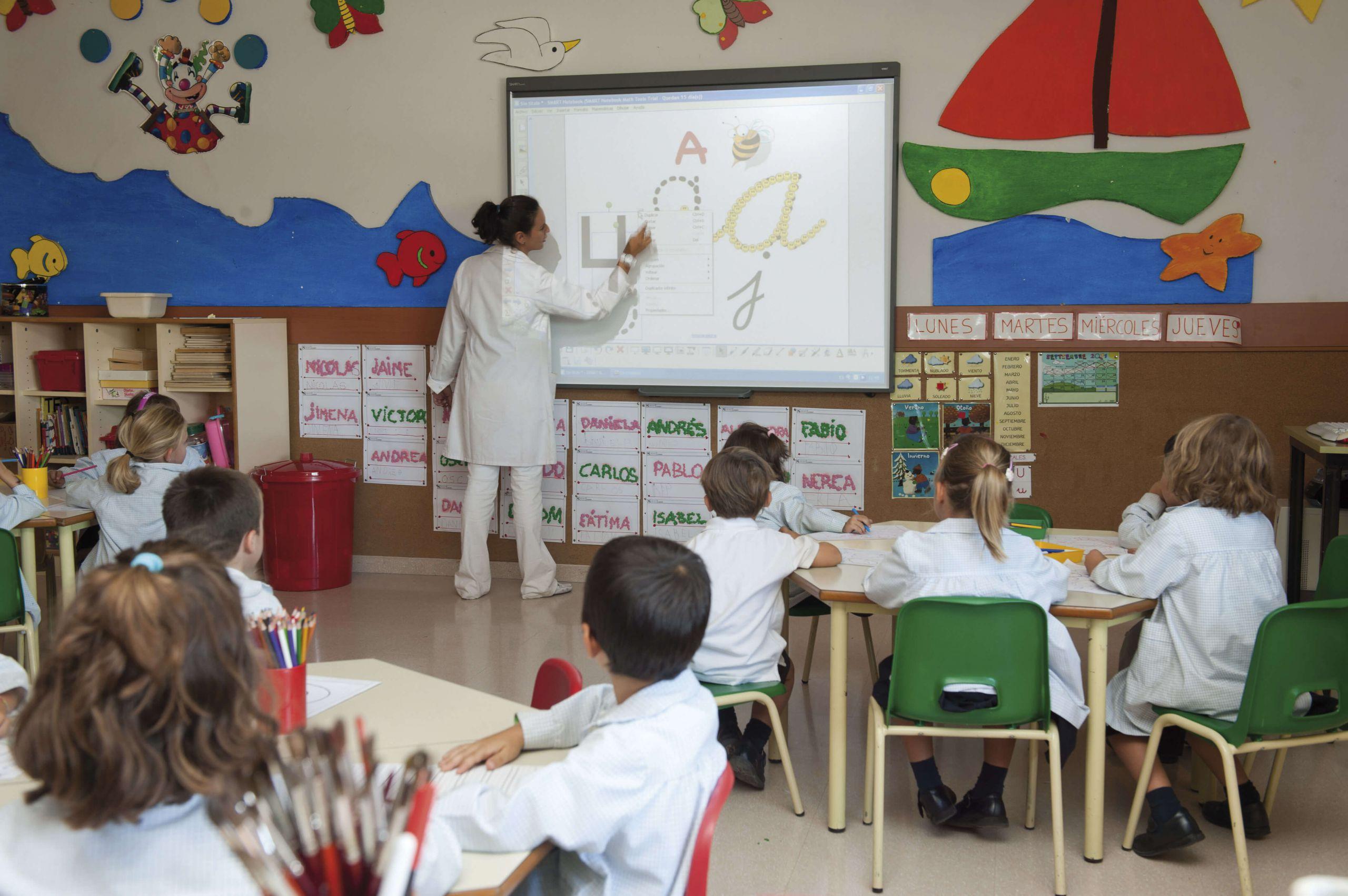 Aula con alumnos dando clase